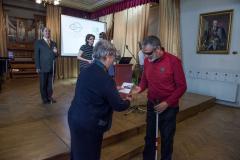 a nyereményeket Jankó-Brezovay Pálné, kuratóriumi tag adja át