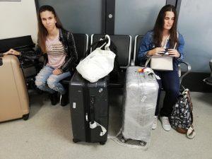 Alexa és Vera a repülőtéren