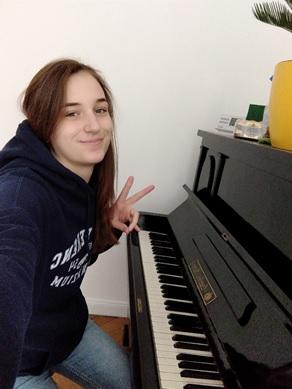 Bori a zongorája előtt