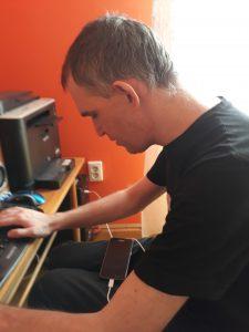 Bonta László a számítógép előtt