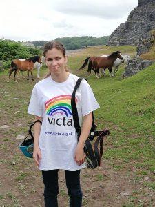 Alexa Victás pólóban, háttérben a Welsh pónik