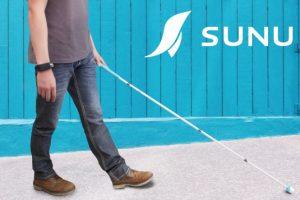 SUNU okoskarkötő egy fehér bottal közlekedő ember csuklóján
