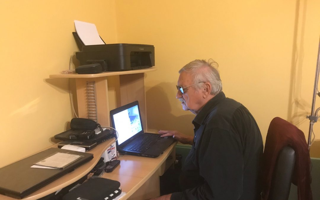 Markó Sándor a számítógép előtt