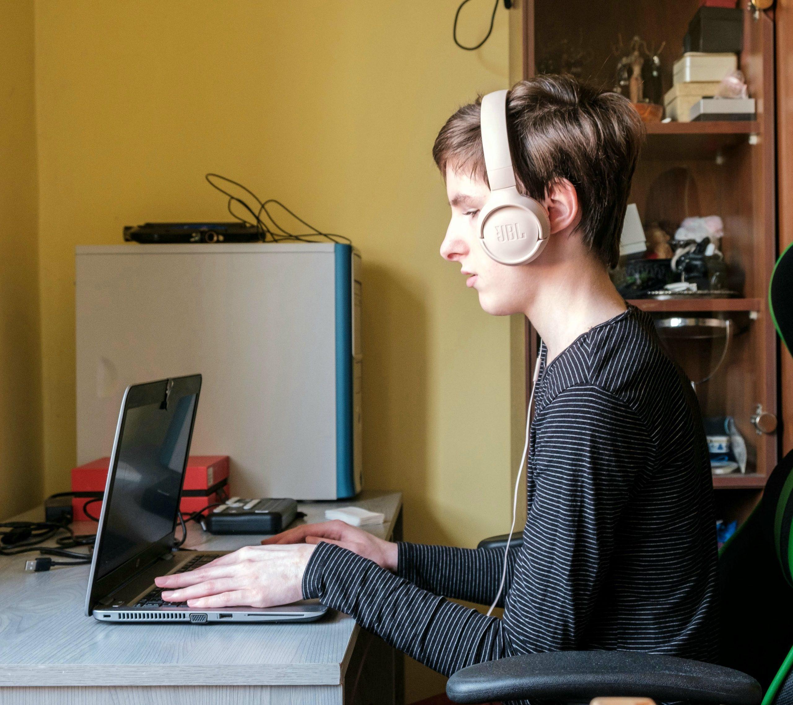 T. Nagy Anna a laptopja előtt, fején fülhallgatóval.